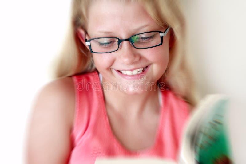 Lächelndes Mädchenlesebuch stockfotos