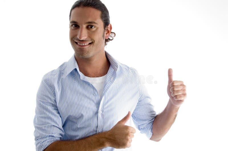 Lächelndes männliches Baumuster mit den Daumen oben lizenzfreies stockfoto