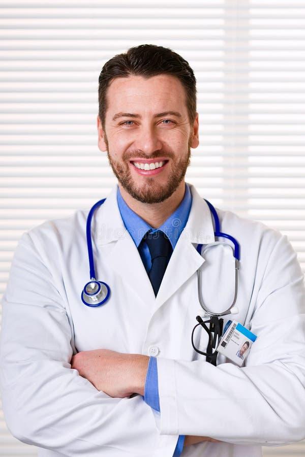 Lächelndes männliches Doktorporträt lizenzfreie stockfotografie