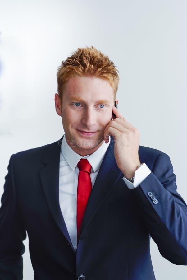 Lächelndes Manager-Businessman-Porträt, das vorbei spricht lizenzfreie stockfotografie