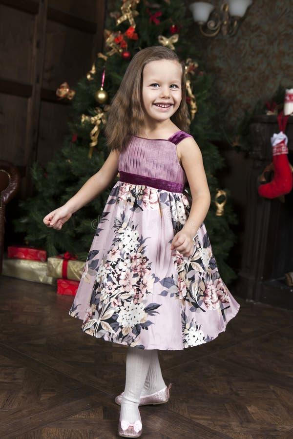 Lächelndes nettes kleines Mädchen stockfoto