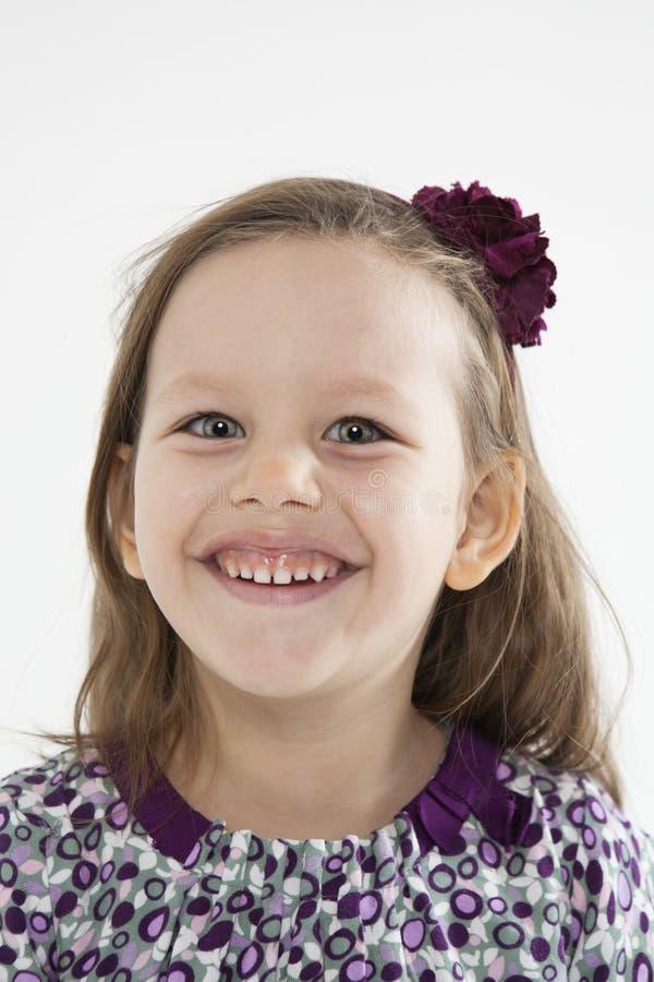 Lächelndes nettes kleines Mädchen stockbild