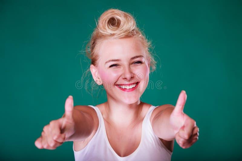 Lächelndes Pinupmädchen, das sich Daumen zeigt lizenzfreie stockfotos