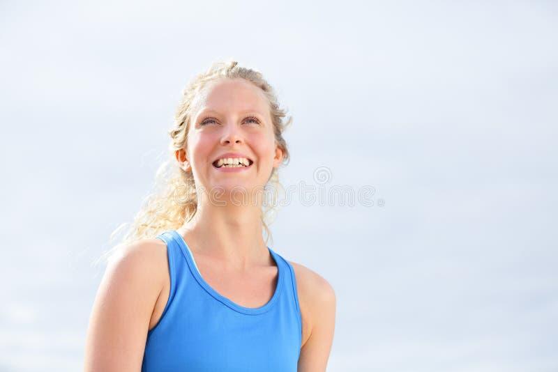 Lächelndes Porträt der glücklichen gesunden Frau im Freien stockfotos