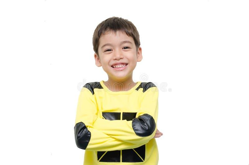 Lächelndes Porträtisolat des kleinen Jungen auf weißem Hintergrund stockfoto