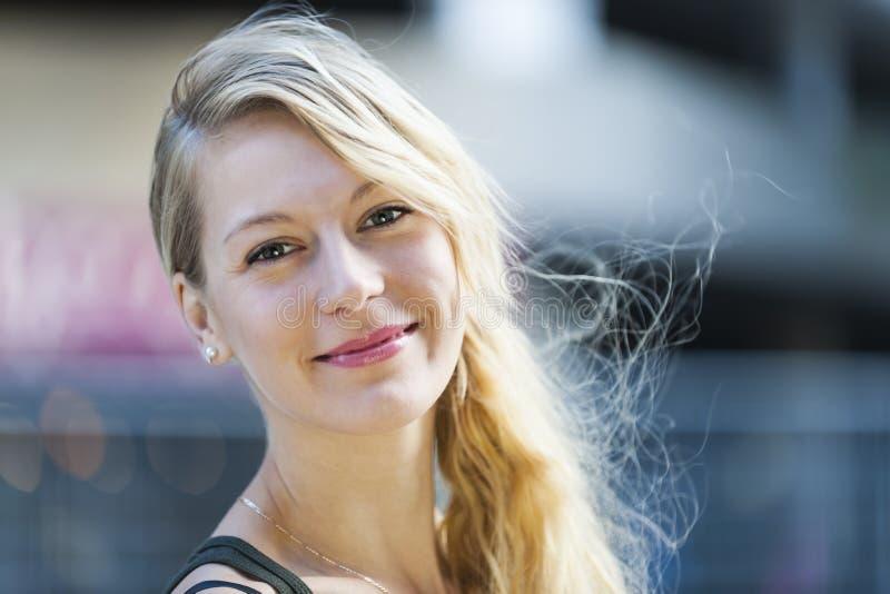 Lächelndes Portrait der jungen Frau stockfoto