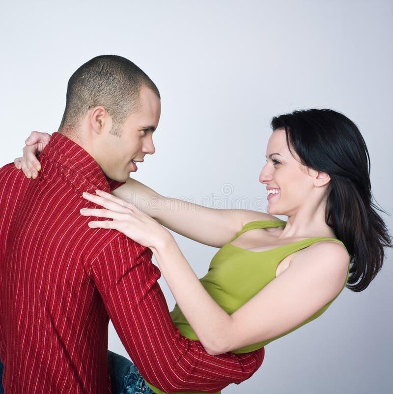Lächelndes Portrait der jungen Paartanzen-Umarmung stockbild