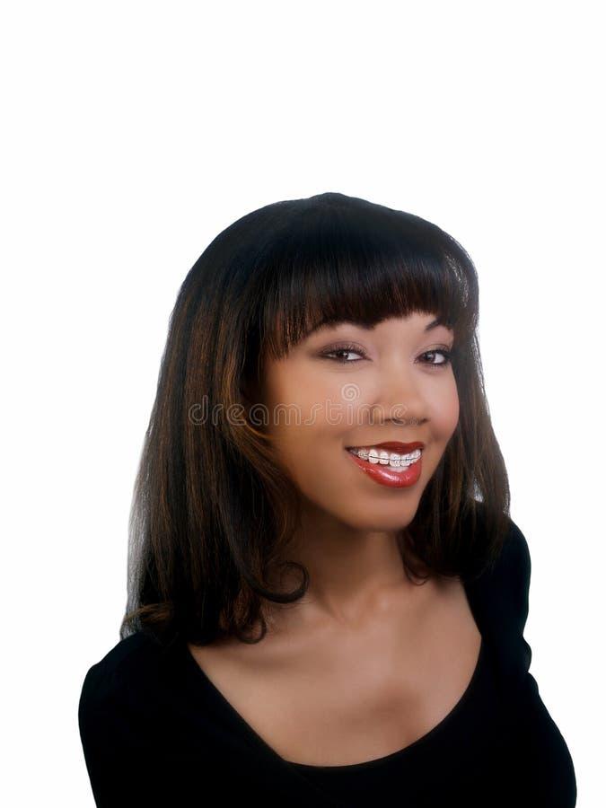 Lächelndes Portrait der schwarzen Frau mit Klammern lizenzfreies stockfoto