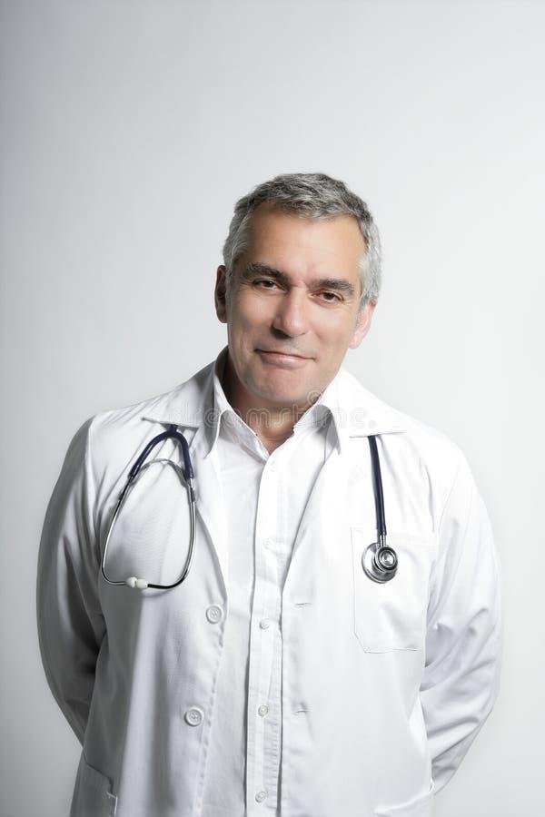 Lächelndes Portrait des älteren grauen Haares des Sachkenntnisdoktors lizenzfreie stockbilder
