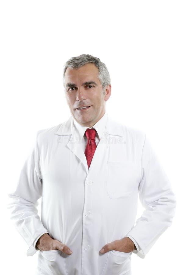Lächelndes Portrait des älteren grauen Haares des Sachkenntnisdoktors lizenzfreies stockfoto