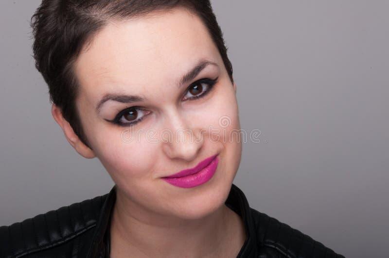 Lächelndes Punkmädchen in der Nahaufnahmeansicht lizenzfreie stockbilder