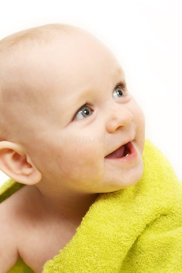 Lächelndes Schätzchen eingewickelt in einem grünen Tuch lizenzfreie stockfotos