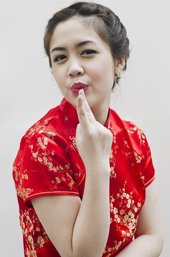 Lächelndes schönes chinesisches Gestikulieren der jungen Frau stockfotografie