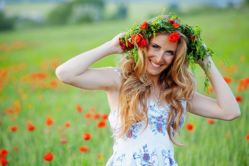 Lächelndes schönes Mädchen stockfoto