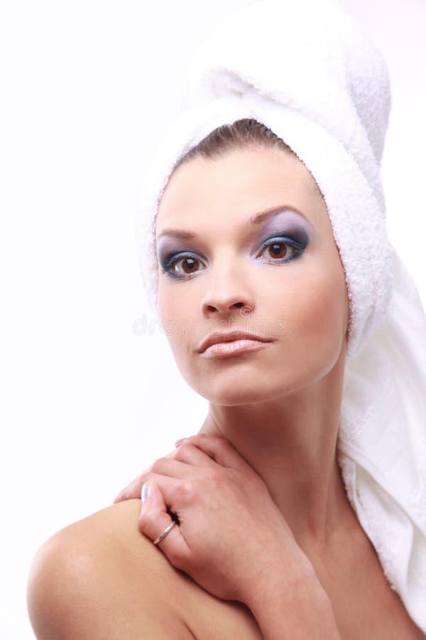 Lächelndes schönes Mädchen mit einem Tuch auf ihrer Hauptaufstellung lizenzfreie stockbilder
