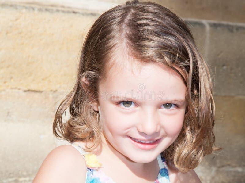 Lächelndes schüchternes Kindjunges Mädchen stockfotos