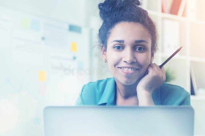 Lächelndes schwarzes Mädchen mit Bleistiftporträt stockfotos