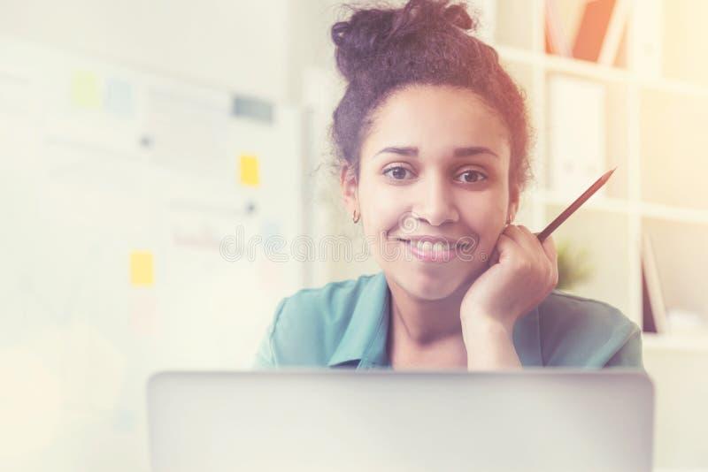 Lächelndes schwarzes Mädchenporträt im Raum stockfotografie