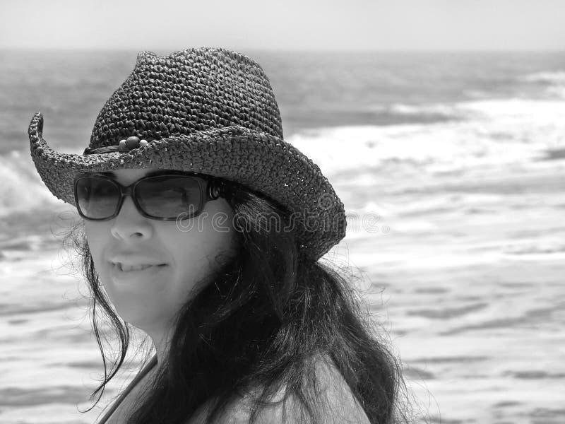 Lächelndes Strandmädchen lizenzfreies stockbild