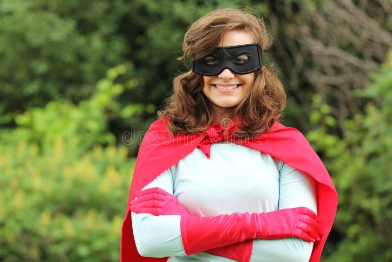 Lächelndes Superheldmädchen stockfoto