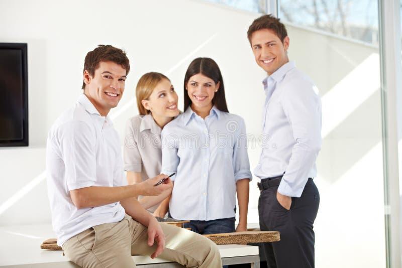 Lächelndes Team der Geschäftsarchitekten stockfotos