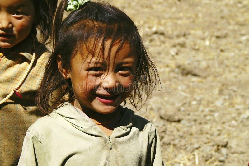 Lächelndes tibetanisches kleines Mädchen stockfotografie