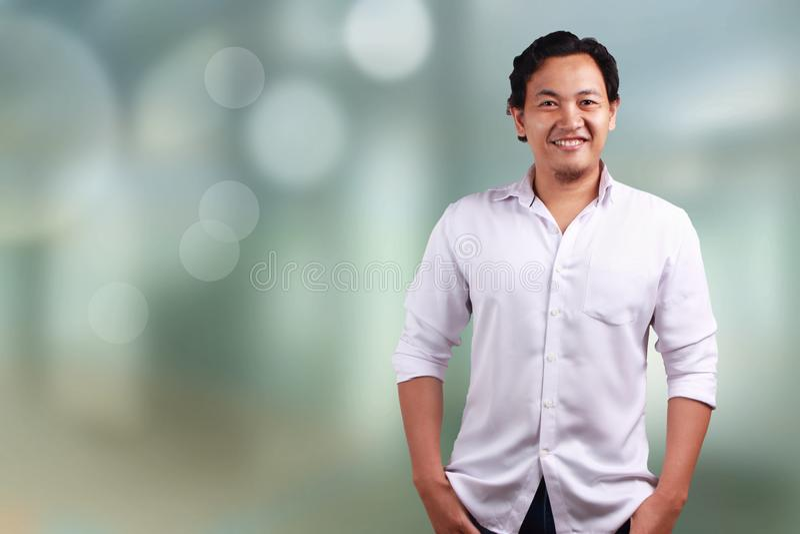 Lächelndes Vertrauen des Mannes lizenzfreie stockfotos