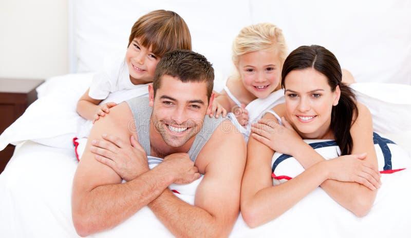 Lächelndes waching Fernsehen der Familie stockbild