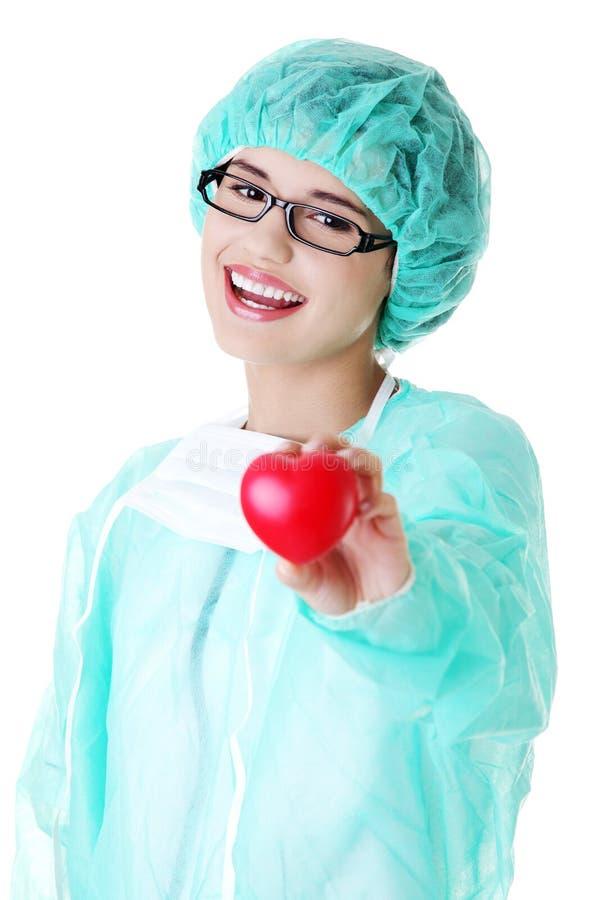 Download Lächelndes Weibliches Doktor- Oder Krankenschwesterholdinginneres Stockfoto - Bild von krankenhaus, obacht: 27729580