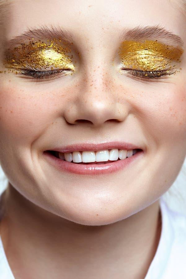 Lächelndes weibliches Gesicht mit geschlossenen Augen stockfotos