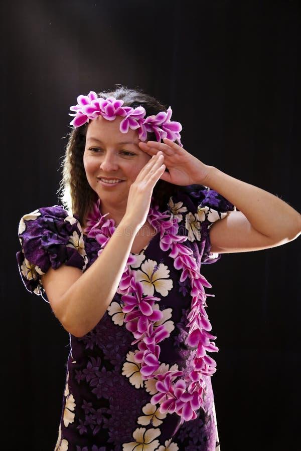 Lächelndes weibliches hawaiisches Mädchentanzen und der Gesang mit Musikinstrumenten mögen die Ukulele stockfotos