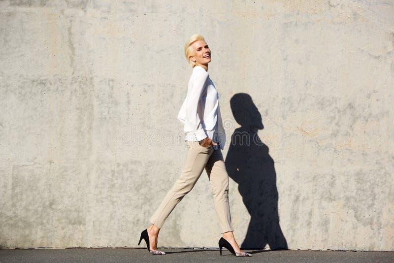 Lächelndes weibliches Mode-Modell-Gehen lizenzfreies stockfoto