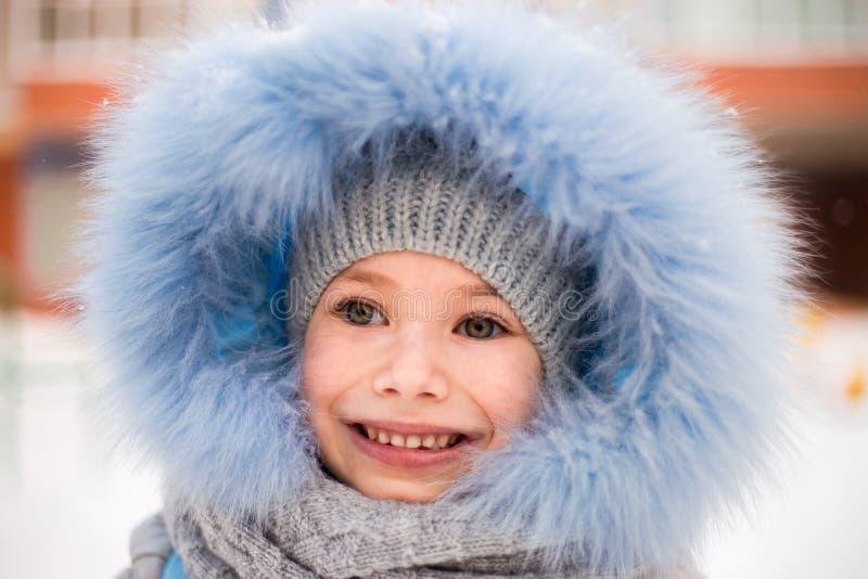 Lächelndes Wintermädchen stockbilder