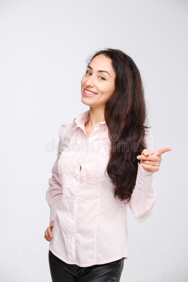 Lächelndes Zeigen der Frau herauf das Zeigen des Exemplarplatzes Schöne junge Berufsgeschäftsfrau lokalisiert auf weißem Hintergr stockbilder