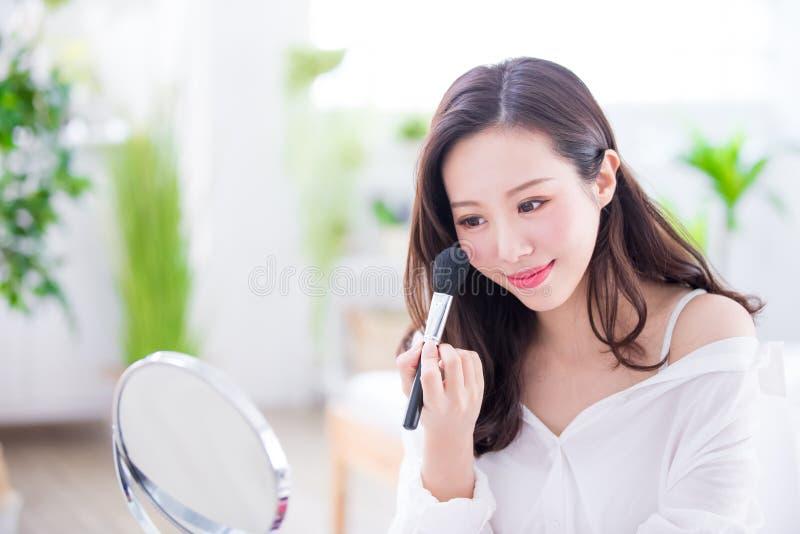 Lächelnfrau bilden lizenzfreie stockfotografie