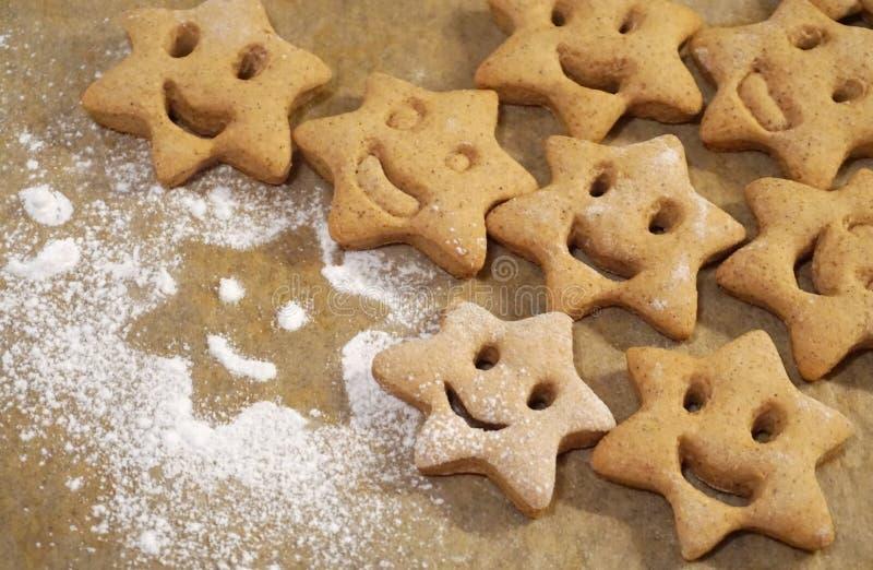 Lächelngesichts-Lebkuchenplätzchen in der Sternform, in den Weihnachtsaromatischen und gewürzten Plätzchen stockfotografie