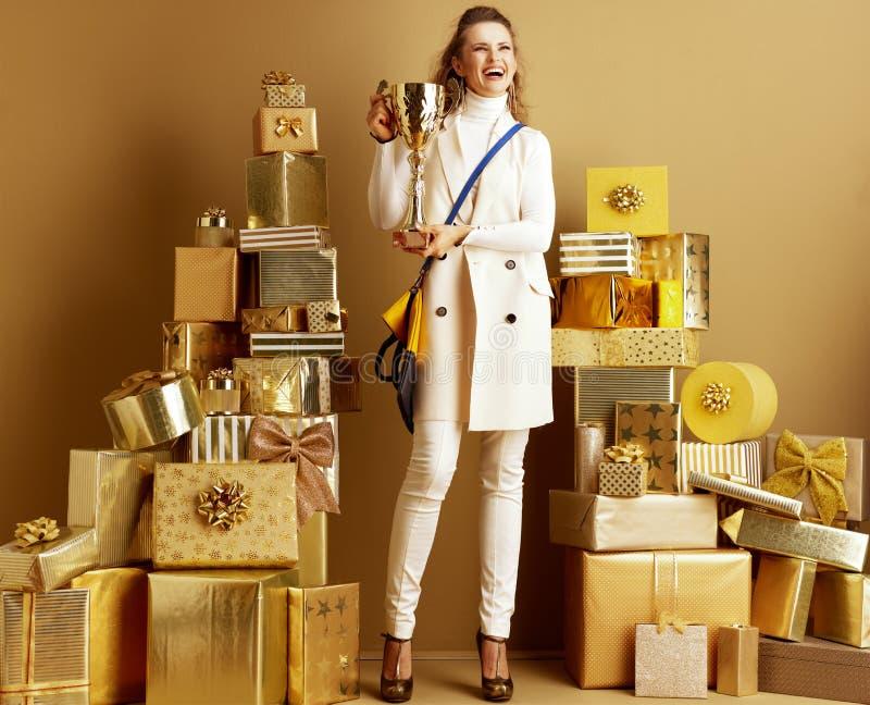 Lächelnsächsiger Mode-Monger mit goldenem Goblet stockbilder