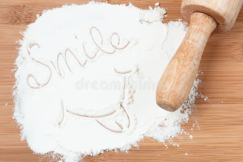 Lächelnwort auf Weißmehl stockbilder