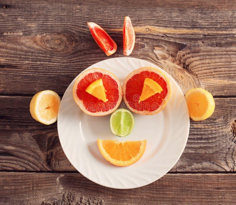 LächelnZitrusfrucht auf Platte stockfotos