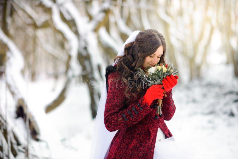 Lächelt die glückliche Braut im schönen Winter ist mehr Scharlachrot, leicht hält einen Blumenstrauß, was, dass, träumend von lizenzfreie stockbilder