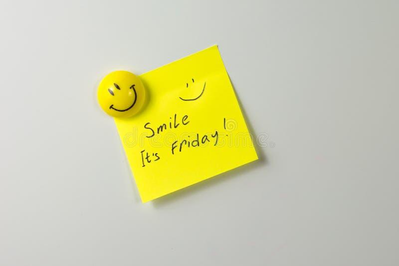 Lächelt es ist Freitag-Anmerkung stockfotografie