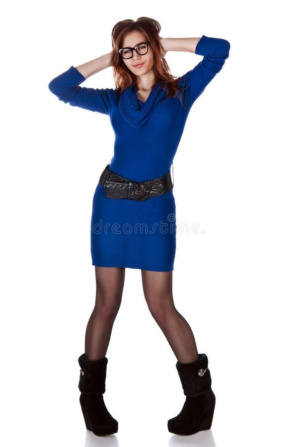 Lächerliches Portrait des Mädchens im dunkelblauen d lizenzfreie stockbilder