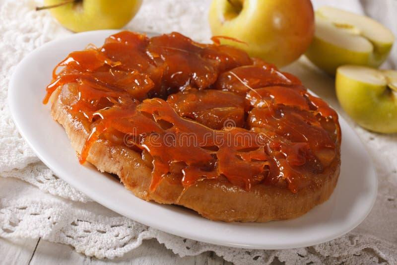 Läcker äppelpaj Tarte Tatin med karamellnärbild horizonta royaltyfria foton