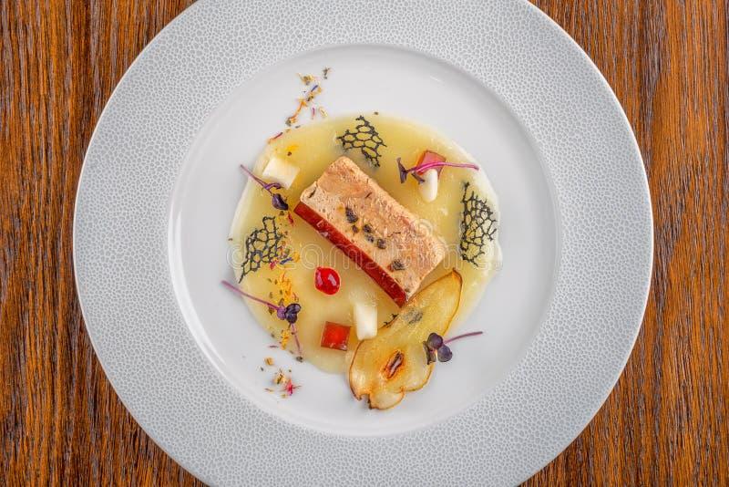 Läcker apetizer med den nya grönsaken som tjänas som på den vita plattan, modern michelinmat arkivbilder