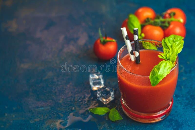 Läcker blodiga mary för tomat coctail på mörkt - blå konkret tabell arkivbild