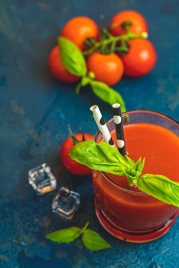 Läcker blodiga mary för tomat coctail på mörkt - blå konkret tabell arkivbilder
