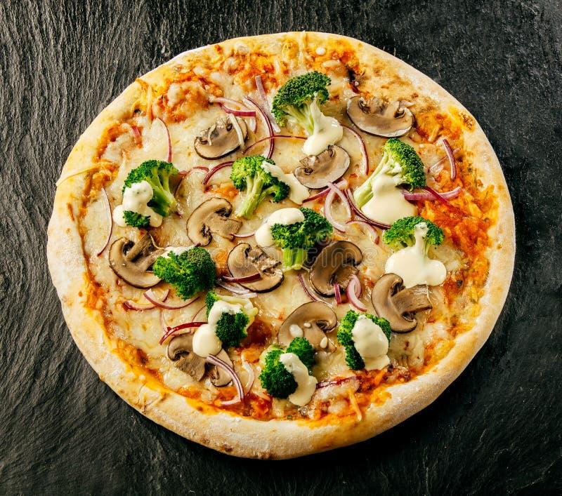 Läcker champinjon och broccolipizza royaltyfri fotografi