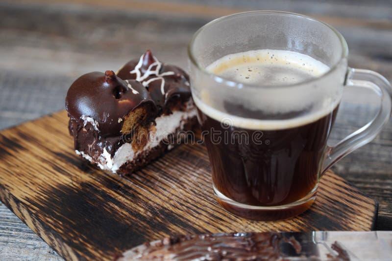 Läcker chokladefterrätt med profiteroles och kaffe royaltyfri fotografi