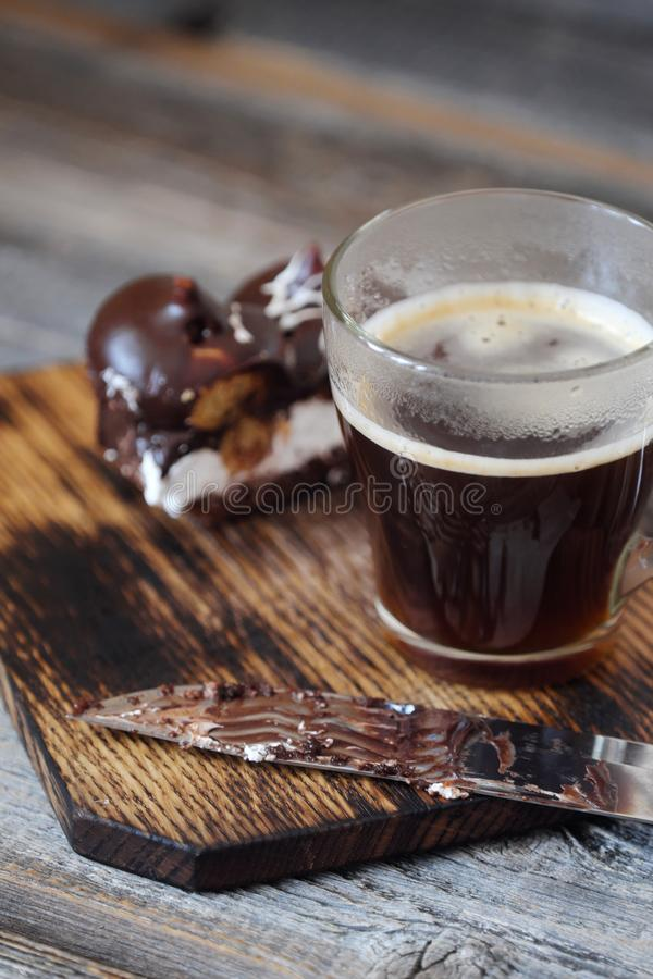 Läcker chokladefterrätt med profiteroles och kaffe royaltyfri bild