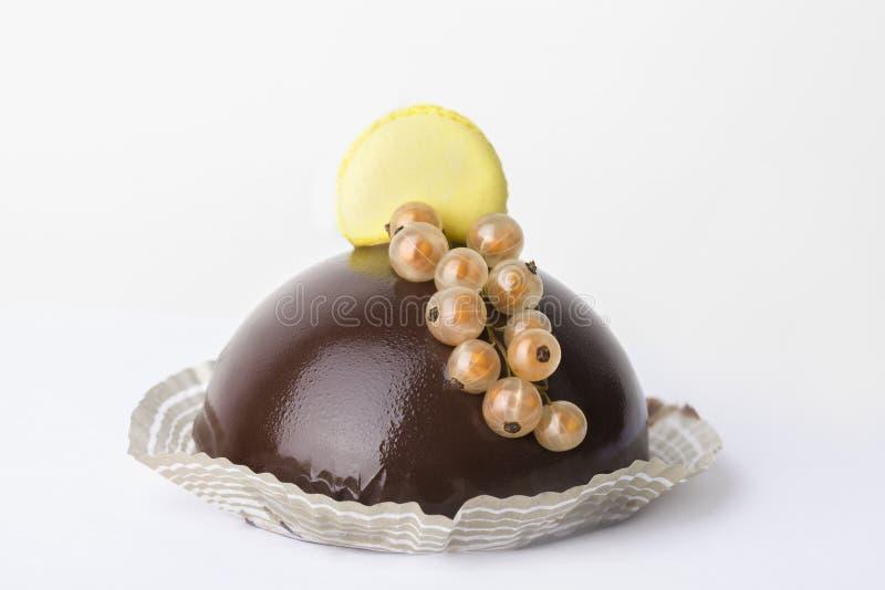 Läcker chokladkaka på den vita bakgrunden royaltyfria foton